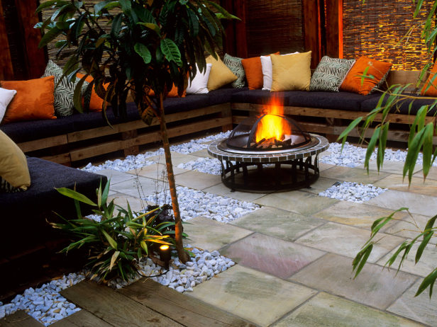 20 stunning diy fire pits you can build easily for Disenos de patios traseros
