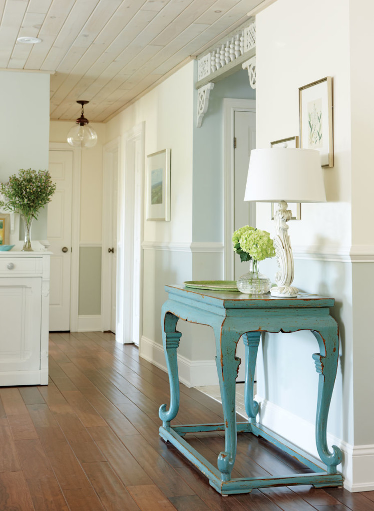 10 stylish hallway decorating ideas home and gardening for Home decor hallway ideas