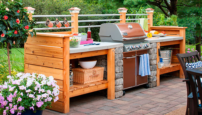 10 outdoor kitchen plans turn your backyard into for Building an outdoor kitchen