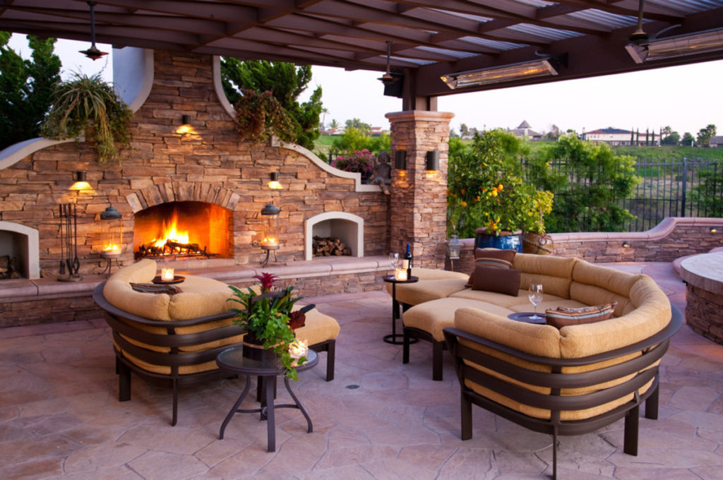 30 inspiring patio decorating ideas to relax on a hot days for Outdoor brunch decorating ideas